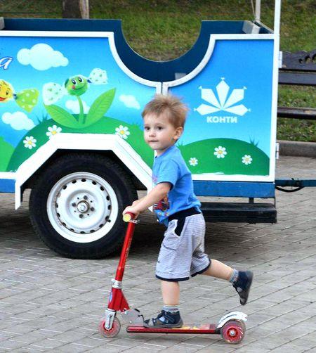 Четырёхлетнему Илюше родители купили  трёхколёсный самокат  Joy Toy (130 грн.),  прогулки с ним куда веселее!