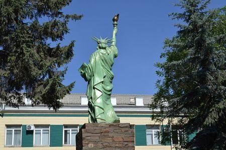 Копия американской статуи Свободы открылась в городе Здолбунов Ровенской области.  Её установили возле завода «Волынь-Цемент», принадлежащего немецкой компании. Раньше  здесь находился памятник Ленину.  Вождь мирового пролетариата стоял лицом к проходной предприятия  и спиной  к парку  и проезжей части. Также спиной к народу установили и статую Свободы.