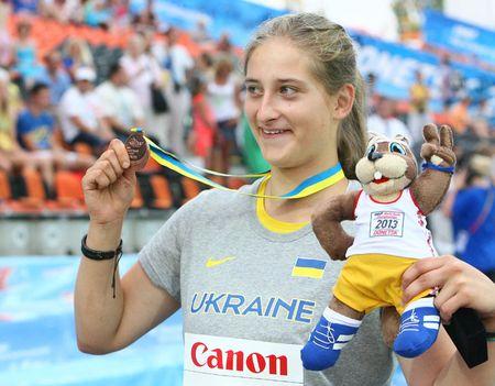 «Вот она, смотрите!» - Лера Семенкова показывает зрителям награду, которую украинские фанаты ждали целых три дня.