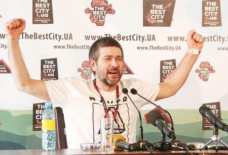 Лидер группы «Сплин» Александр Васильев даже на пресс-конференции демонстрировал готовность променять Землю на другую планету.