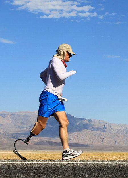Почти сотня спортсменов-экстремалов прибыла в Долину Смерти в Калифорнии, чтобы 15 июля принять участие в самом суровом марафоне длиной 217 км при температуре воздуха до 50 градусов. Специальный приз получил английский спортсмен-ампутант Крис Мун, пробежавший всю дистанцию с протезами на правой ноге и руке.