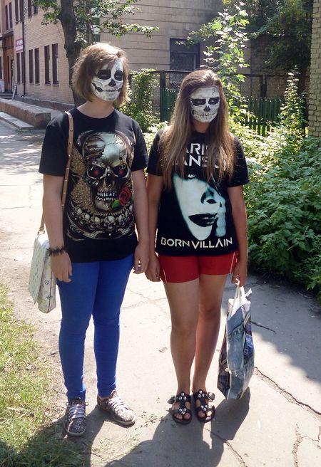 По Красноармейску средь бела дня разгуливали зомби. Раскрашенные  девушки эпатировали горожан своим мейкапом. Как выяснилось, Полина и Настя шли по улице Социалистической на день рождения подруги. По словам девчонок, это сюрприз для 16-летней именинницы.