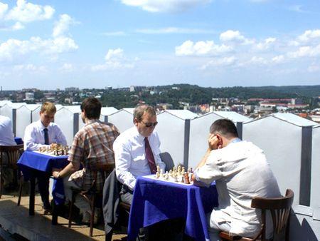 День шахмат 19 июля во Львове впервые отметили на высоте 65 метров. Лучшие гроссмейстеры Львова сразились в блиц-турнире на вершине Ратуши. Победителем соревнований стал международный гроссмейстер Юрий Вовк.
