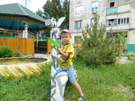 Артём Фирсов приехал  к бабушке из Харькова: говорит, там нет такой классной зебры, как в этом дворе.