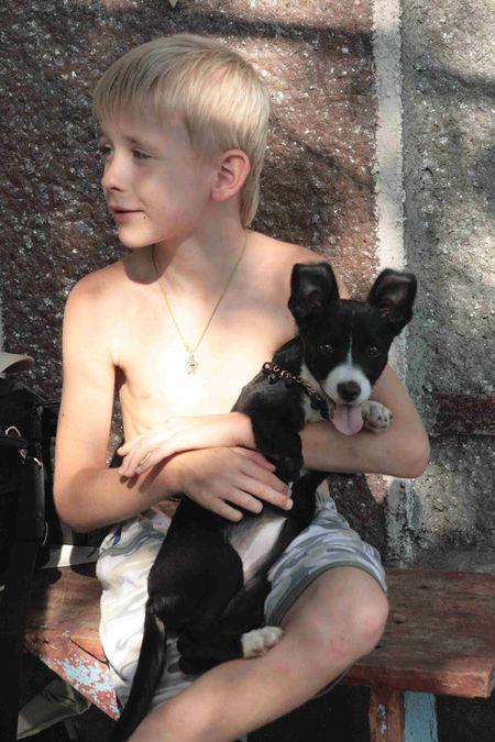Старший сынишка  Максим - твёрдый хорошист. После занятий он помогает маме и очень любит играться с Жулькой.