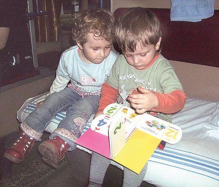 Трёхлетний Миша Марченко (справа)  в поезде развлекал попутчицу Машу  яркими картинками: дорога к бабушке из Киева в Артёмовск показалась не такой длинной.
