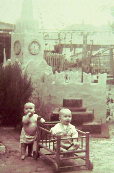 Этим малышам, выросшим на фоне легендарного кирпичного Кремля во дворе Дома ребёнка,  сейчас уже далеко за 60…