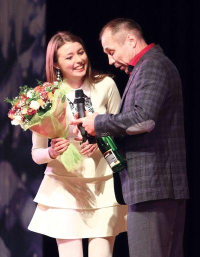 Дончанка Ольга сумела покорить суровых уральских мужиков! И самый старший из них вручил ей презент.