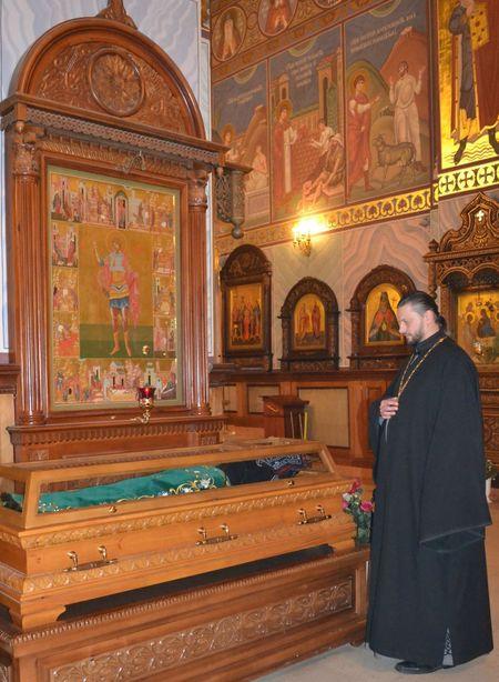 Отец Мартирий у праха Преподобного Ильи Макеевского, акафист которому поётся в храме каждое воскресенье.