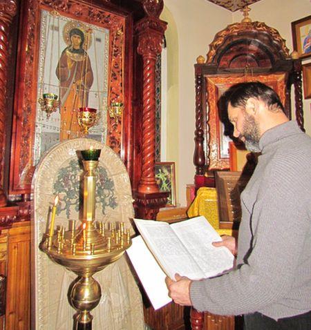 Пономарь Аркадий просматривает записи  в книге чудесной помощи Ксении Петербургской.