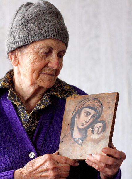 Валентина Баранчук показывает  ту самую нетленную икону,  которую сберегла для внуков.