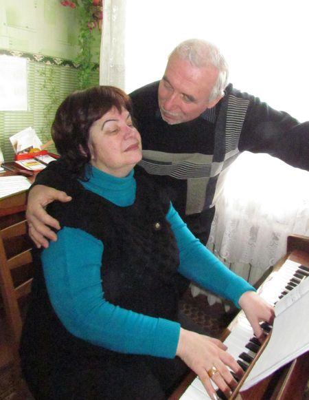 Лариса Владимировна музицирует.
