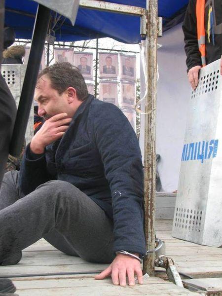 Избитый и прикованный  Александр Башкаленко  лишь в этом месяце стал губернатором Волынщины  (его предшественник Борис Климчук сложил полномочия под давлением толпы). Он даже не представлял,  на что идёт...