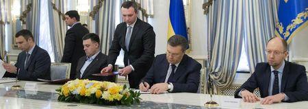 Президент и оппозиция подписывают