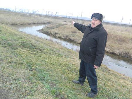 Геннадий Носко показывает главное в Двуречье место, давшее название посёлку: слияние рек Бахмут и Мокрая Плотва.