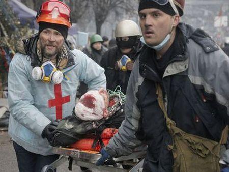 Несут очередного раненного во время кошмарного