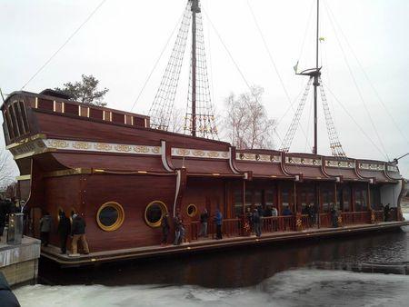 На берегу Киевского моря стоит корабль