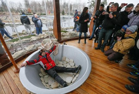 Декоративный бассейн быстро превратился в фон  для фотосессий активистов Майдана.