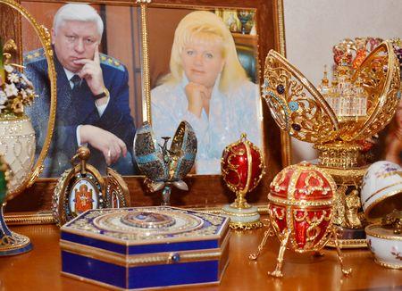 Сразу несколько яиц Фаберже на тумбочке соседствуют  с фотографиями экс-прокурора и его жены Ольги.