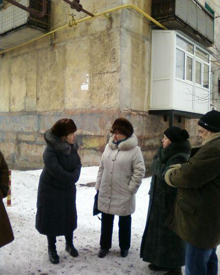 У дома № 118 по улице Советской собрались те,  кто особенно страдает от низкого давления газа:  жильцы тех квартир, где установлено индивидуальное отопление. Котлы не включаются, пламя горелок - слабое.