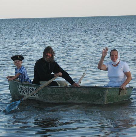Семья Конюховых на лодке отправляется в соседнее с Атманаем село Кирилловка.
