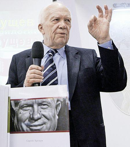 Сергей Хрущёв во время презентации трилогии книг об отце.