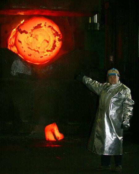 Подручный кузнеца Андрей Черненко во время отливки ротора будущего генератора на ЭМСС.