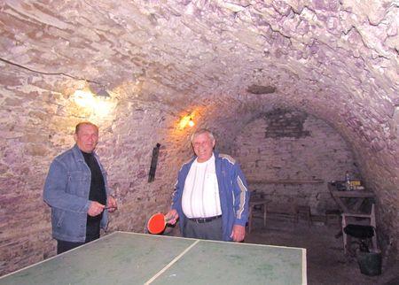 В таких подвалах паны Иловайские хранили припасы. Чудом уцелел один из них: Владимир Жила (справа) установил тут теннисный стол. Сельский голова Владимир Бережной и не прочь бы погонять мячик, да дел - невпроворот.