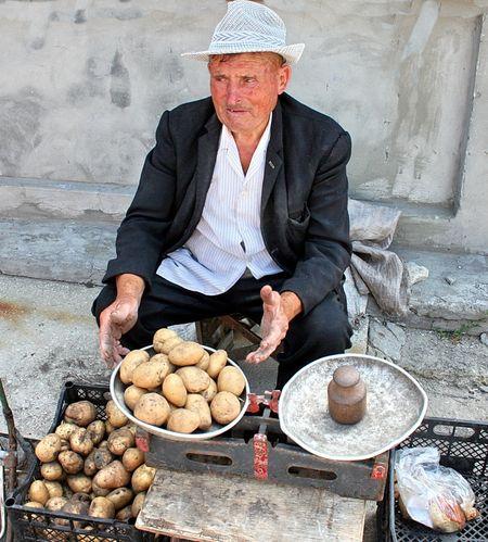 Этот дедушка, решивший торговать на краматорском рынке картошечкой