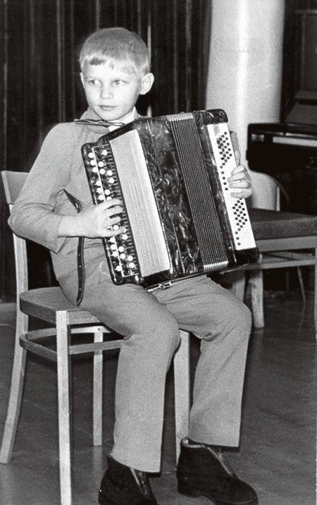 Таким Олег был в детстве.