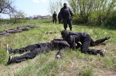 """Бойцы добровольческой роты """"Донбасс-1"""" тренируются на покрышках и спят на полу"""