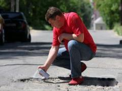 В Славянске обводят краской ямы на дорогах