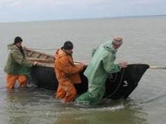 Спасатели выгоняли рыбаков из бушующего Азовского моря