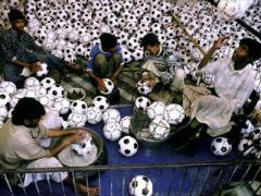 """Пакистан в память Евро-2012 подарил Украине """"мегамяч"""""""