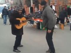 Мариупольские бездомные взорвали Интернет песней и танцем (ВИДЕО)