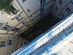 Пенсионер упал с девятого этажа во время мытья окон