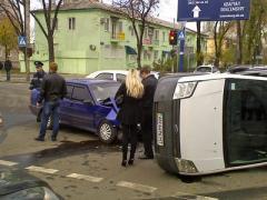 Из-за ДТП на опасном перекрестке машина перевернулась на бок