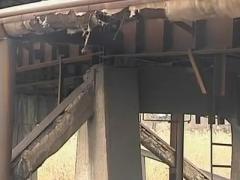 Мост в Мариуполе рассыпается на куски