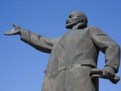 В Сумах демонтируют памятники Ленину