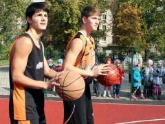 Первыми новую спортплощадку опробовали мэр и гендиректор (ФОТО)