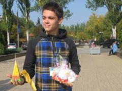 В центре Донецка покупают игрушки и свечи, чтобы помочь неизлечимым больным (ФОТО, ВИДЕО)