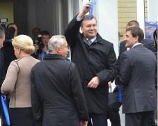 """Янукович в Донецке """"попробовал передвинуться, чтобы всех видеть"""" (ФОТО)"""