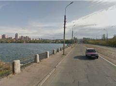 Гуляя по мосту через Кальмиус, парочка решила забрать с собой ограждение