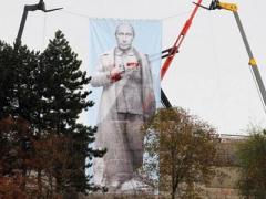 Антикоммунисты повесили гигантского Путина вместо Сталина