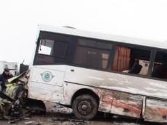 Автобус с детьми лоб в лоб столкнулся с минивэном. Есть жертвы (ВИДЕО)