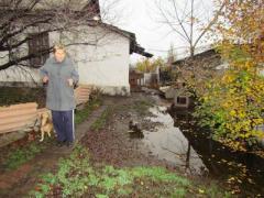 Порывы на водоводе превратили дворы и подвалы в болото