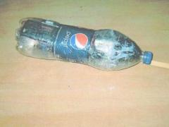 Зоны бомбардируют бутылками, нафаршированными мобилками (ФОТО)