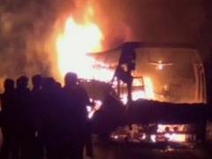 Автобус протаранил ограждение и сгорел дотла. Есть жертвы (ВИДЕО)