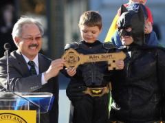 12 тысяч человек подыграли маленькому мальчику, чтобы он почувствовал себя Бэтменом (ФОТО + ВИДЕО)