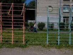 Мужчина повесился на турнике в школьном дворе